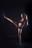Όμορφο λάκτισμα ποδιών άσκησης κοριτσιών Στοκ Εικόνες