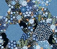 Όμορφο άνευ ραφής σχέδιο προσθηκών στους μπλε τόνους Hexagon μπαλώματα με τη floral διακόσμηση και το ύφασμα τζιν ελεύθερη απεικόνιση δικαιώματος