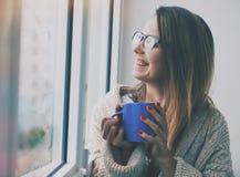 Όμορφο άρωμα καφέ κοριτσιών μυρίζοντας Στοκ Εικόνες