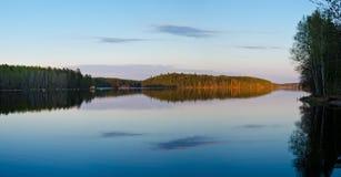Όμορφο δάσος στην ακτή κόλπων Στοκ Εικόνες