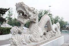 Όμορφο άσπρο άγαλμα δράκων στην Κίνα Στοκ Εικόνες