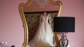 Όμορφο άσπρο γαμήλιο φόρεμα για τη νύφη στο εσωτερικό Θηλυκά ενδύματα δαντελλών για τον εορτασμό φιλμ μικρού μήκους