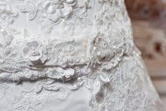 Όμορφο άσπρο γαμήλιο φόρεμα με τον πυροβολισμό κινηματογραφήσεων σε πρώτο πλάνο κεντητικής στοκ φωτογραφία