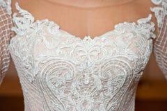 Όμορφο άσπρο γαμήλιο φόρεμα με τον πυροβολισμό κινηματογραφήσεων σε πρώτο πλάνο κεντητικής στοκ εικόνες με δικαίωμα ελεύθερης χρήσης