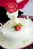 Όμορφο άσπρο κέικ Στοκ φωτογραφία με δικαίωμα ελεύθερης χρήσης