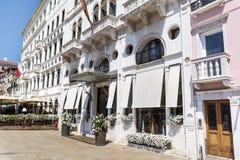 όμορφο άσπρο κτήριο ξενοδοχείων στη Βενετία, Ιταλία Στοκ Εικόνα