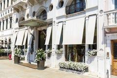 όμορφο άσπρο κτήριο ξενοδοχείων στη Βενετία, Ιταλία Στοκ Φωτογραφίες