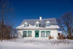Όμορφο άσπρο προγονικό σπίτι γαλλικός-ύφους με τα πράσινες τακτοποιημένες παράθυρα και την πόρτα στοκ φωτογραφίες με δικαίωμα ελεύθερης χρήσης
