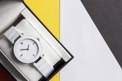 Όμορφο, άσπρο ρολόι με ένα διαμάντι Στοκ Φωτογραφίες