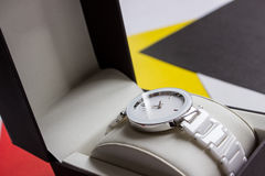 Όμορφο, άσπρο ρολόι με ένα διαμάντι στοκ φωτογραφία