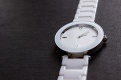 Όμορφο, άσπρο ρολόι με ένα διαμάντι στοκ φωτογραφία με δικαίωμα ελεύθερης χρήσης