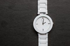 Όμορφο, άσπρο ρολόι με ένα διαμάντι Στοκ εικόνες με δικαίωμα ελεύθερης χρήσης