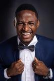 Όμορφο άτομο αφροαμερικάνων με τη θετική έκφραση Στοκ Εικόνα