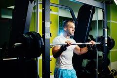 Όμορφο άτομο ικανότητας που workout στοκ εικόνες