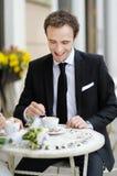 όμορφο άτομο καφέδων υπαίθ Στοκ Φωτογραφίες