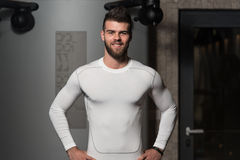 Όμορφο άτομο μετά από Workout στη γυμναστική Στοκ Φωτογραφίες
