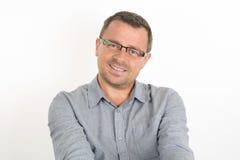 Όμορφο άτομο με τα γυαλιά που εξετάζει τη κάμερα Στοκ Φωτογραφία