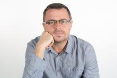 Όμορφο άτομο με τα γυαλιά που εξετάζει τη κάμερα Στοκ Φωτογραφίες