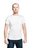 Όμορφο άτομο με τις σφιγγμένες πυγμές μπλούζα που απομονώνεται στην άσπρη στο λευκό Στοκ Φωτογραφίες