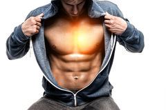 Όμορφο άτομο με το ανοικτό σακάκι που αποκαλύπτει το μυϊκά στήθος και ABS Στοκ φωτογραφία με δικαίωμα ελεύθερης χρήσης