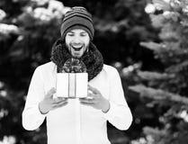 Όμορφο άτομο με το παρόν κιβώτιο το χειμώνα υπαίθριο στοκ εικόνες με δικαίωμα ελεύθερης χρήσης