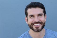 Όμορφο άτομο με το τέλειο άσπρο χαμόγελο στο μπλε υπόβαθρο με το διάστημα αντιγράφων στοκ εικόνες