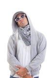 Όμορφο άτομο μόδας στο κοστούμι διαδρομής που στέκεται δροσερό με την κουκούλα και το s στοκ φωτογραφίες