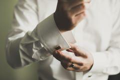Όμορφο άτομο, νεόνυμφος που θέτει και που προετοιμάζεται για το γάμο στοκ εικόνες