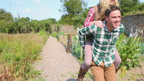 Όμορφο άτομο που δίνει piggyback στη φίλη του απόθεμα βίντεο
