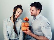 Όμορφο άτομο που δίνει ένα δώρο στοκ εικόνα με δικαίωμα ελεύθερης χρήσης