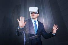 Όμορφο άτομο που ερευνά τη νέα εικονική πραγματικότητα Στοκ Φωτογραφίες