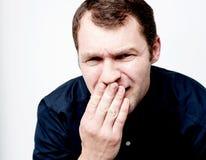Όμορφο άτομο που καλύπτει το στόμα του με το χέρι στοκ εικόνες με δικαίωμα ελεύθερης χρήσης