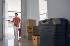 Όμορφο άτομο που κινείται προς το καινούργιο σπίτι Στοκ φωτογραφίες με δικαίωμα ελεύθερης χρήσης