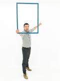 Όμορφο άτομο που κρατά ένα ξύλινο πλαίσιο Στοκ εικόνες με δικαίωμα ελεύθερης χρήσης