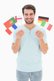 Όμορφο άτομο που κρατά τις διάφορες ευρωπαϊκές σημαίες Στοκ Εικόνα