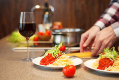 Όμορφο άτομο που μαγειρεύει στο σπίτι Στοκ φωτογραφίες με δικαίωμα ελεύθερης χρήσης