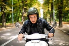 Όμορφο άτομο που οδηγά ένα μηχανικό δίκυκλο στις οδούς πόλεων τη θερινή ημέρα Πορτρέτο κινηματογραφήσεων σε πρώτο πλάνο του ευτυχ Στοκ εικόνα με δικαίωμα ελεύθερης χρήσης