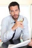 Όμορφο άτομο που πίνει ένα γυαλί του λευκού κρασιού σπινθηρίσματος, που κάθεται στο φραγμό Στοκ φωτογραφίες με δικαίωμα ελεύθερης χρήσης
