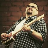 Όμορφο άτομο που παίζει την κιθάρα κιβωτίων πούρων του Στοκ φωτογραφίες με δικαίωμα ελεύθερης χρήσης