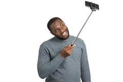 Όμορφο άτομο που παίρνει τη φωτογραφία με το ραβδί selfie Στοκ Φωτογραφία