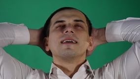 Όμορφο άτομο που παρουσιάζει διαφορετικές συγκινήσεις κλείστε επάνω Πράσινη ανασκόπηση απόθεμα βίντεο