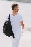 Όμορφο άτομο που περπατά στο στάδιο σε ένα άσπρο υπόβαθρο Στοκ Εικόνες