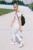Όμορφο άτομο που περπατά στο στάδιο Στοκ Φωτογραφία