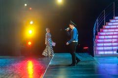 Όμορφο άτομο που τραγουδά ένα τραγούδι στη σκηνή Στοκ φωτογραφία με δικαίωμα ελεύθερης χρήσης