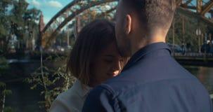 Όμορφο άτομο που φιλά tenderly τη φίλη της στο μέτωπο απόθεμα βίντεο