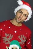 Όμορφο άτομο που φορά ένα καπέλο και ένα πουλόβερ Χριστουγέννων Στοκ Φωτογραφία