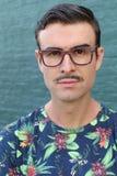 Όμορφο άτομο που φορά τα γυαλιά, πυροβολισμός στούντιο που απομονώνεται σε πράσινο Στοκ φωτογραφία με δικαίωμα ελεύθερης χρήσης