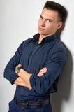 Όμορφο άτομο σε ένα μπλε πουκάμισο Στοκ Φωτογραφίες