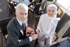 Όμορφο άτομο στο κοστούμι που εκφράζει τη θετική σκέψη Στοκ Εικόνες
