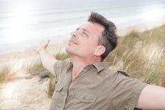 Όμορφο άτομο υπαίθρια στην άγρια παραλία στοκ φωτογραφία